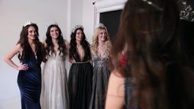 精妙的礼服的许多女孩,有发型和明亮的构成的,与冠 股票视频