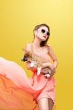 精密春天礼服的美丽的年轻亚裔妇女,摆在有小狗小狗的演播室 床单方式放置照片诱人的白人妇女年轻人 库存图片