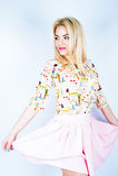 精密春天礼服的美丽的年轻白肤金发的妇女,摆在白色背景,演播室 图库摄影