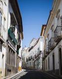 精密狭窄的白色街道在埃尔瓦什Portugual在好日子 库存照片
