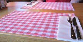 精密红白的桌装饰和利器 库存照片