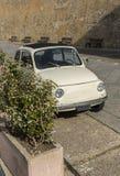 精密老白色汽车在撒丁岛海岛上停放了 免版税库存图片