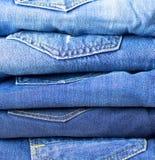 精密蓝色牛仔裤细节  背景蓝色牛仔裤 蓝色牛仔布牛仔裤纹理 回到背景牛仔裤矿穴 免版税库存照片