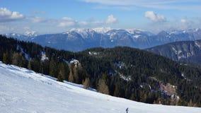 精密滑雪火车和冬天雪和山在欧洲阿尔卑斯  库存图片
