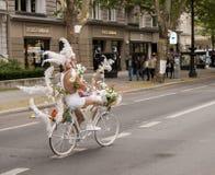 精心制作地穿戴的参加者骑马自行车,在克里斯托弗期间 免版税库存照片