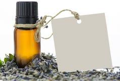 精油、空的标记和淡紫色花 免版税库存照片