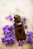 精油和淡紫色花 库存照片