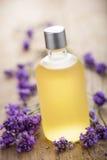 精油和淡紫色花 库存图片