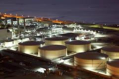 精炼厂储存箱在晚上 库存图片