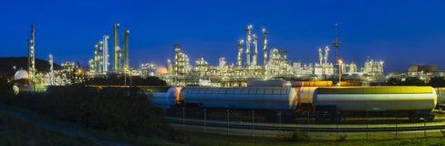 精炼厂全景在晚上 库存照片