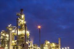 精炼厂在晚上 免版税库存图片
