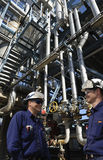 精炼厂工作者和传递途径岗位 库存图片