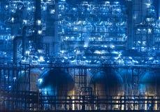 精炼厂工厂设备在晚上 免版税库存图片