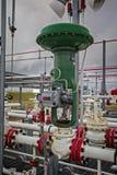 精炼厂或化工厂的气动力学的流量控制阀 免版税库存图片