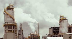 精炼厂抽烟 库存图片
