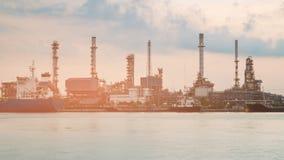 精炼厂水前面汽油工厂 库存照片