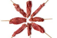 精瘦的嫩未煮过的牛肉kebabs的安排 免版税库存图片