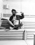精神愈合身体关心 木浴的英俊的有胡子的人与桶和匙子 库存照片