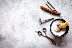 精神有工具的理发桌面为刮顶视图 免版税库存图片