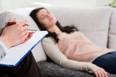 精神病医生和妇女患者 免版税库存照片