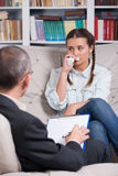 精神病医生和耐心十几岁的女孩 免版税库存照片