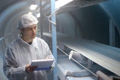 精糖厂-质量管理检查员 免版税库存图片