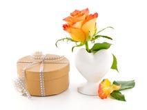 精美在一个花瓶和一件箱子礼物上升了在一白色backg 库存照片