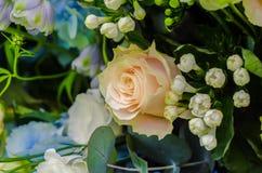 精美奶油在花卉构成上升了 免版税库存照片