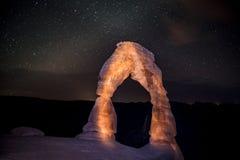 精美曲拱在反对美丽的夜空的晚上 库存图片