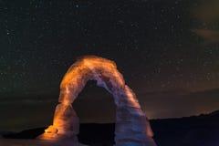 精美曲拱在反对美丽的夜空的晚上 免版税库存照片