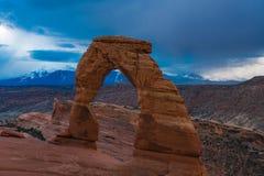 精美曲拱在曲拱国家公园,在风雨如磐的天空下 免版税库存图片