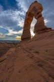 精美曲拱美好的日落天空南侧视图  库存图片