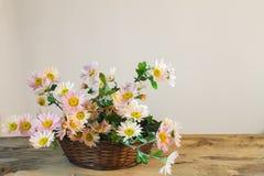 精美桃红色康乃馨花束在一个篮子的在一木tabl 免版税图库摄影