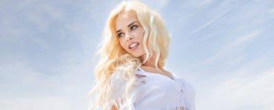 精美白肤金发的夫人的画象 免版税库存图片