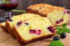 精美鲜美凝乳蛋糕用黑醋栗和果酱 免版税库存图片
