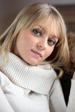 精美年轻金发碧眼的女人 免版税库存图片