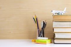 精装书或在桌安置的课本被堆积的和固定式 库存照片