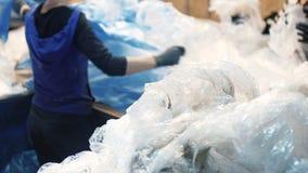 精选的工作者和在一条传送带移动在一棵回收废物植物中的排序垃圾,排序 免版税库存照片