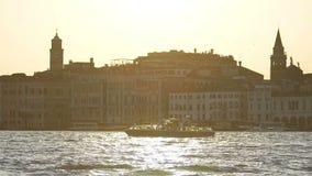 精采假日,观光的威尼斯,远航在大运河,慢mo的小船 股票视频