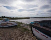 精采天空上面被停泊的小船在诺福克 库存照片