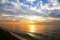 精采橙色和蓝色日落 免版税库存照片