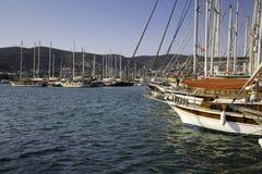 精采游艇在海岸爱琴海停泊了在博德鲁姆小游艇船坞 免版税库存照片
