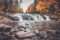 精采秋叶围拢的酪乳秋天在龙湖NY,ADK山 库存照片
