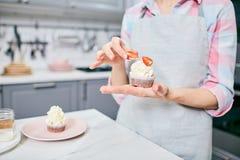 糕点业者用鲜美杯形蛋糕 免版税库存图片