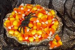 糖味玉米和蜘蛛在银色盘 库存图片