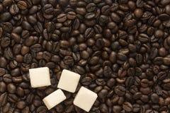 糖和咖啡豆 免版税库存图片