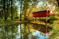 糖小河被遮盖的桥 库存图片