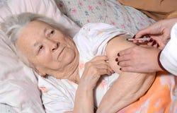 糖尿病患者由护士得到了胰岛素射入 库存照片