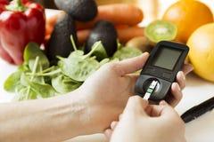 糖尿病显示器、饮食和健康食物吃营养conce 库存图片