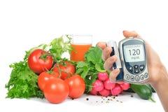 糖尿病概念glucometer和健康食物 免版税库存照片